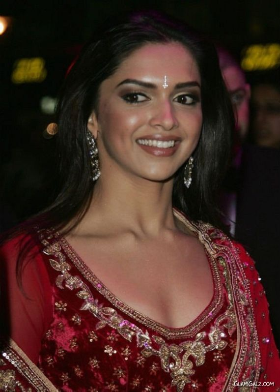 Beautiful Bollywood Celebs In Red